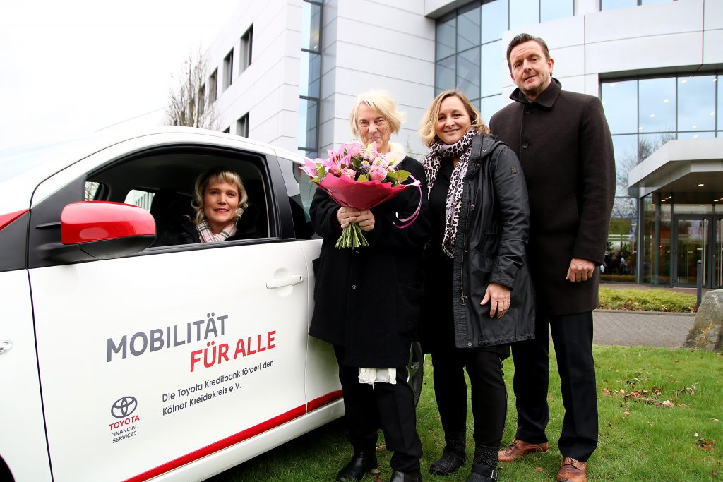 Stephanie Knopf-Asselborn und Edeltraud Preuß nahmen für den Kölner Kreidekreis den Toyota Aygo von Sabine Maier und Axel Nordieker entgegen (